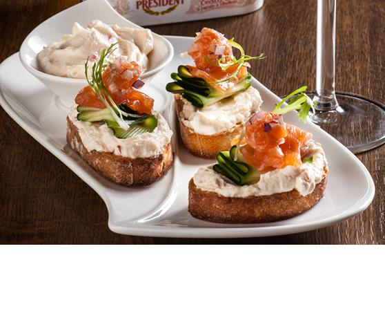 Bruschetty s rajčatovým sýrem, uzeným lososem a marinovanou cuketou