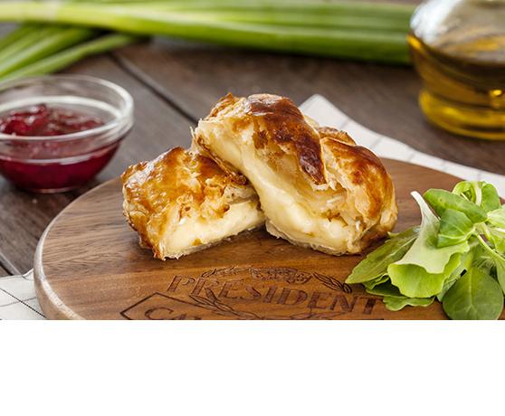 Camembert obalovaný v listovém těstě s brusinkami a rukolovým salátem