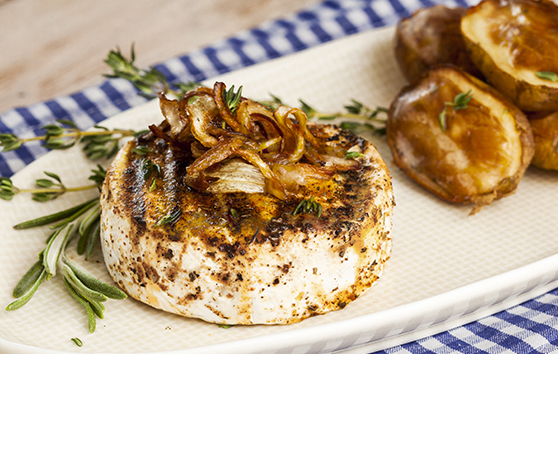Grilovaný camembert s pečeným bramborem a karamelizovanou cibulkou