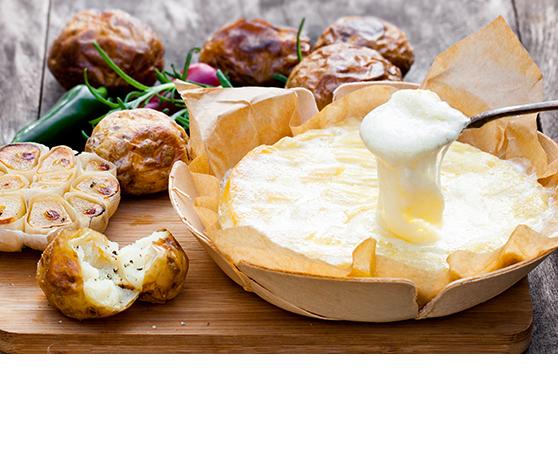 Rozpečený camembert s pečenými brambory a pečeným česnekem