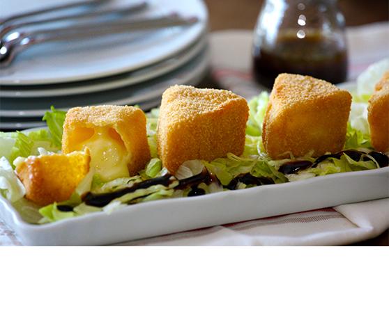 Trojúhelník z obalovaného sýru Camembert