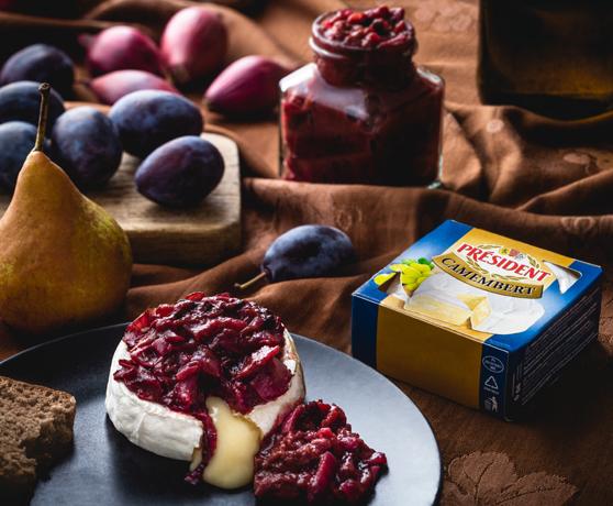 Camembert s voňavým švestkovým chutney na červeném víně
