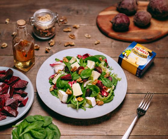 Salát s červenou řepou a camembertem